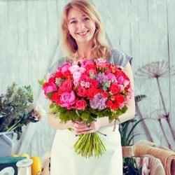 mujer con peonias y rosas madrid