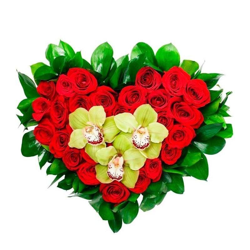 Corazón de rosas y orquídeas