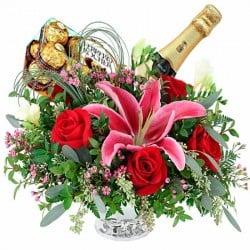 Rosas rojas y azucenas